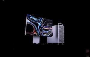 مانیتور شرکت اپل که تازه معرفی شده و رنگ نقره ی و از بگراند صفحه نمایش رنگارنگ زیبایی استفاده شده