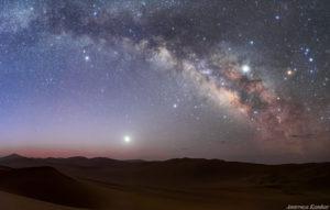سیاره مشتری در این تصویر در سمت راست و نزدیک به بخش مرکزی راه شیری دیده میشود. پرنورترین سوژهی تصویر سیاره زهره است. عکس از امیررضا کامکار.