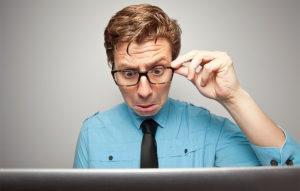 فرد متعجب به صفحه مانیتور نگاه میکند